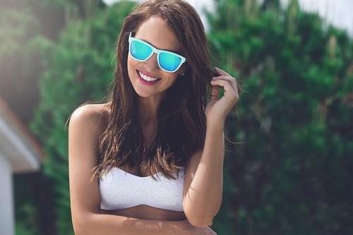 Para completar un look perfecto este verano no olvides tus gafas de sol con lentes de colores