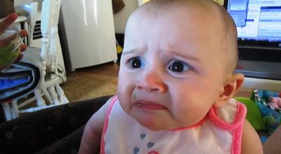 La graciosa cara (de esto no me gusta nada) de la bebé que prueba el aguacate por primera vez (vídeo)