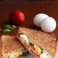 Sandwich de jitomate, huevo y albahaca. Receta