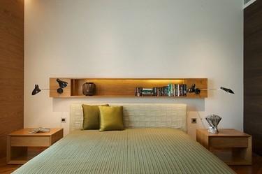 Una buena idea: un estante con lámparas incorporadas como cabecero
