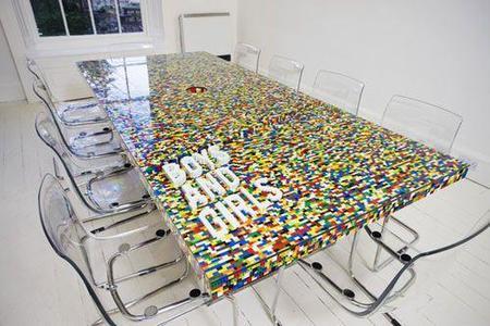 Una mesa hecha con piezas de Lego