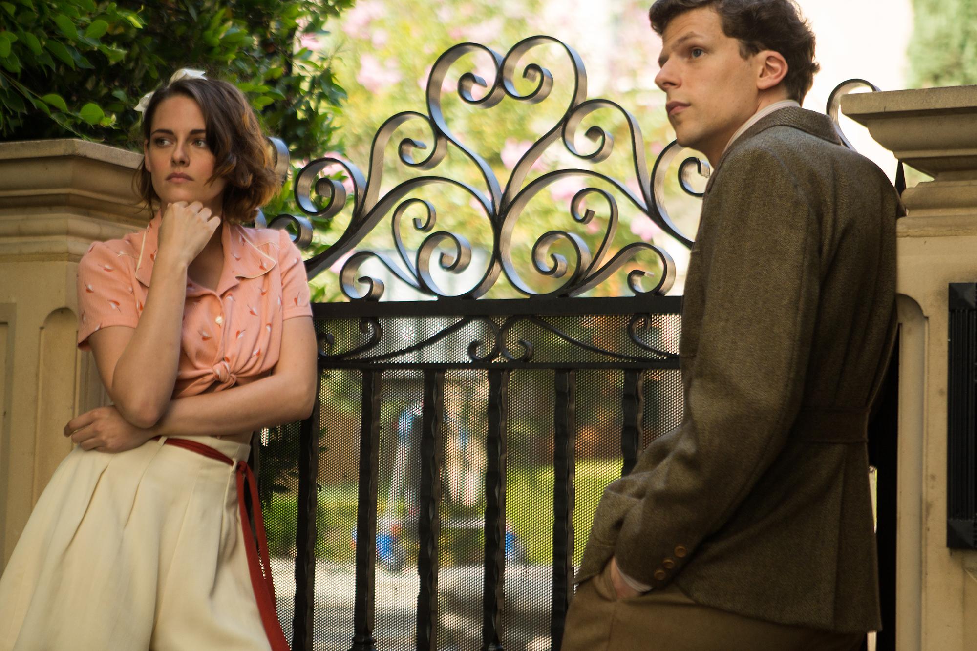 Foto de Blake Lively y Kristen Stewart protagonistas del vestuario de Café Society. Enamórate con sus maravillosos looks (1/12)