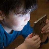 Sólo uno de cada diez hogares españoles con menores activa el control parental en móviles y tablets, según datos de la CNMC