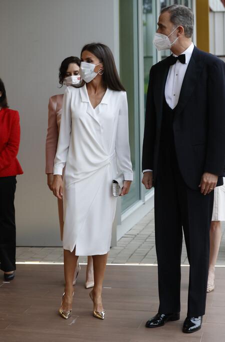 doña letizia con vestido blanco