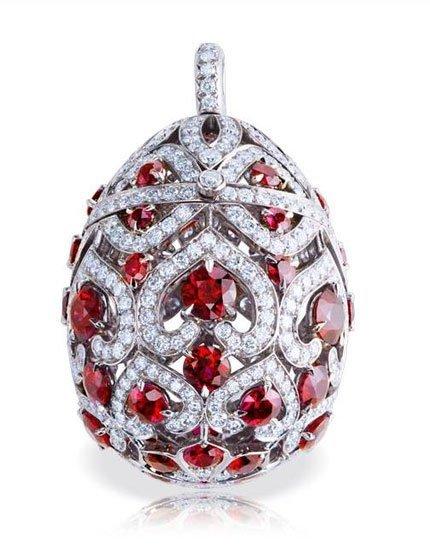 Entre 'Les Favorites' de Fabergé, el huevo Zenaida como medallón en oro blanco, diamantes y rubíes