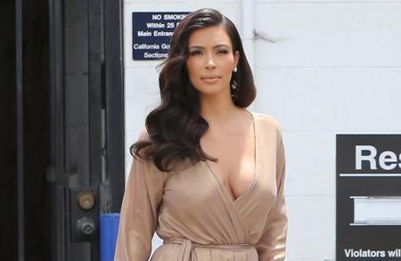 Kim Kardashian continúa enamorada del beige. ¡En esta ocasión acierta de lleno!