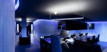 Cortinas metálicas con iluminación LED para separar ambientes
