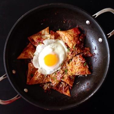 Chilaquiles en salsa de tres chiles. Receta fácil para el desayuno, comida o cena