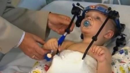 ¿Existe el ángel de la guarda?: salvan la vida a un bebé al recolocarle la cabeza después de un accidente de coche