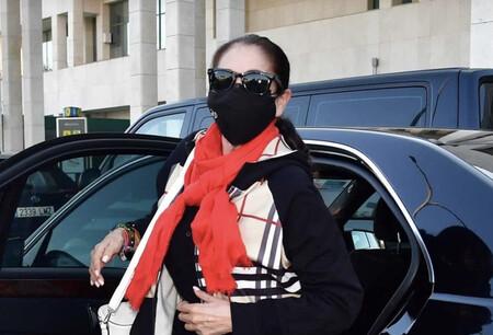Isabel Pantoja reaparece en el aeropuerto tras varios meses recluida y revela el estado de salud de su madre, Doña Ana