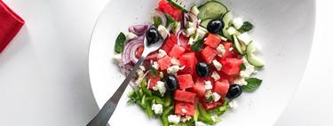 Ensalada griega con sandía, posiblemente la receta más ligera y refrescante del verano (con vídeo incluido)