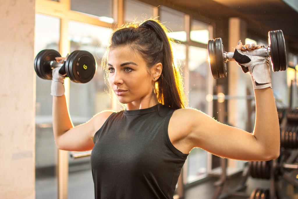 Cinco ejercicios con mancuernas en casa para entrenar tus hombros