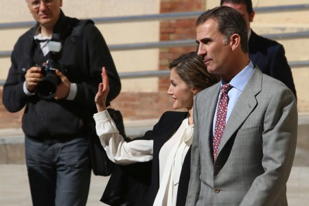 La reina Letizia se pasa al low cost con una capa de Zara