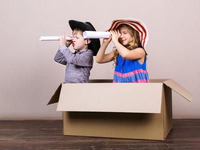 Por qué los niños prefieren las cajas y el papel de envolver en vez del juguete que contienen