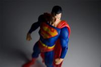 La pose de duro sólo le sirve a Superman porque no es real