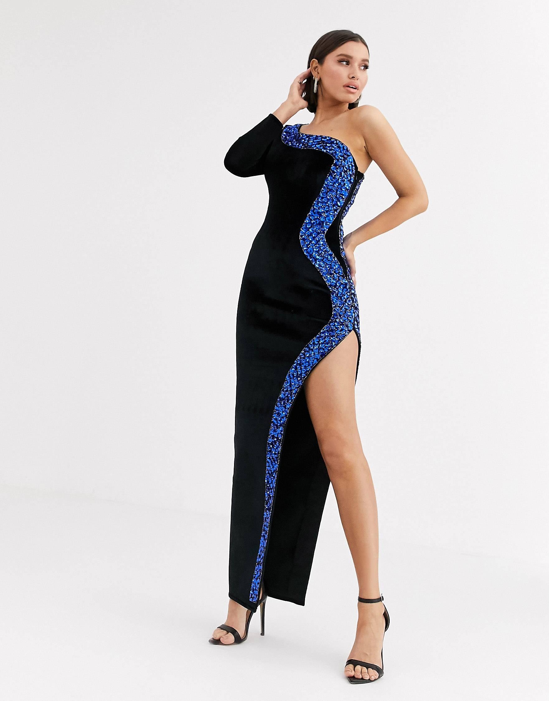 Vestido largo de terciopelo reforzado con escote asimétrico, abertura alta y ribete adornado.