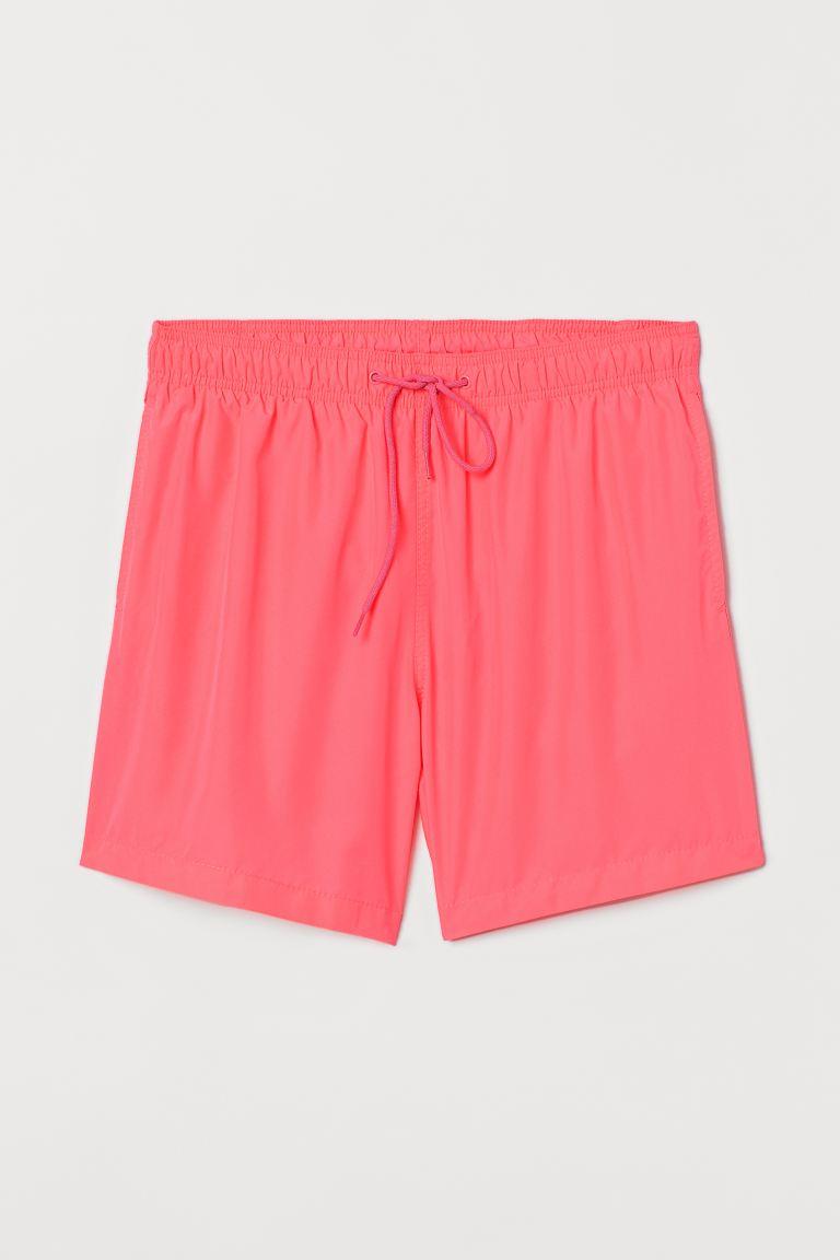 Bañador con cintura elástica y cordón de ajuste, bolsillos al bies y un bolsillo trasero ribeteado con cierre autoadherente. Pantaloncillo interior de malla.