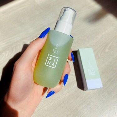 Mezclar este aceite de 3INA con la crema hidratante, la base de maquillaje o la mascarilla es genial para mejorar los resultados