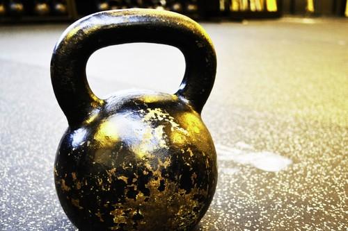 Entrenamiento con kettlebells o pesas rusas: una rutina full-body con siete ejercicios para trabajar todo tu cuerpo