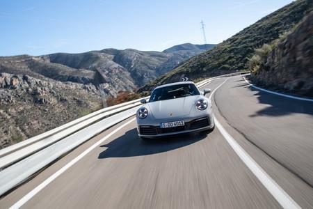 Porsche 911 992 frontal en carretera