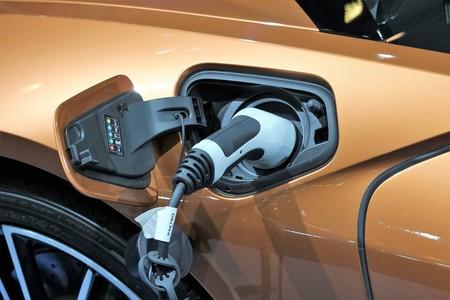 Los concesionarios se vuelcan con el coche eléctrico: de 2.500 puntos de carga en España quieren llegar a 12.500 en 2020