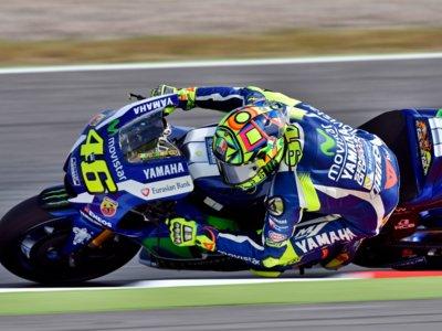 Valentino Rossi doblega a Marc Márquez en el emocionante mano a mano de MotoGP