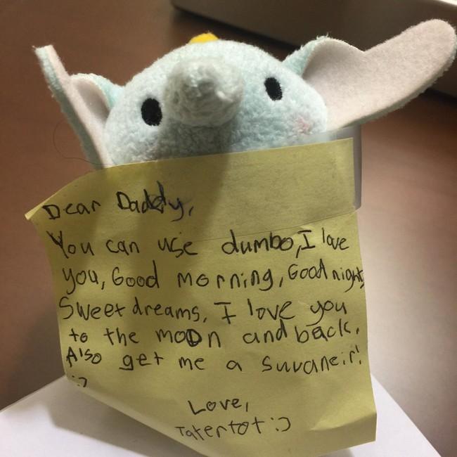 La adorable sorpresa que dejó una niña en la maleta de viaje de su padre