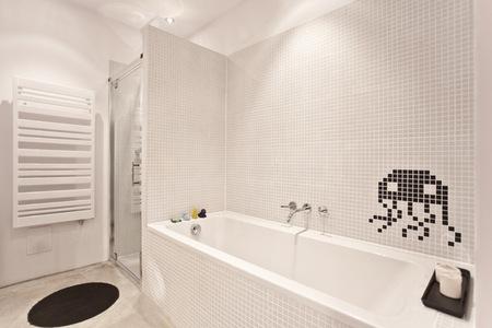 Una buena idea: Space Invaders en la pared del baño