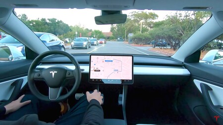 """Tesla abre a más conductores la beta de su sistema de conducción autónoma total pero revisará """"que tan buen conductor eres"""""""
