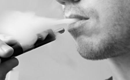 Ese cigarrillo electrónico trae menos nicotina para ti y un poco de malware para tu ordenador