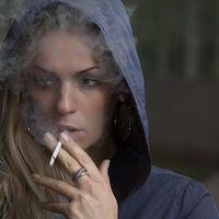 ¿Es mucho menos probable que los fumadores sean hospitalizados con COVID-19 que los no fumadores?