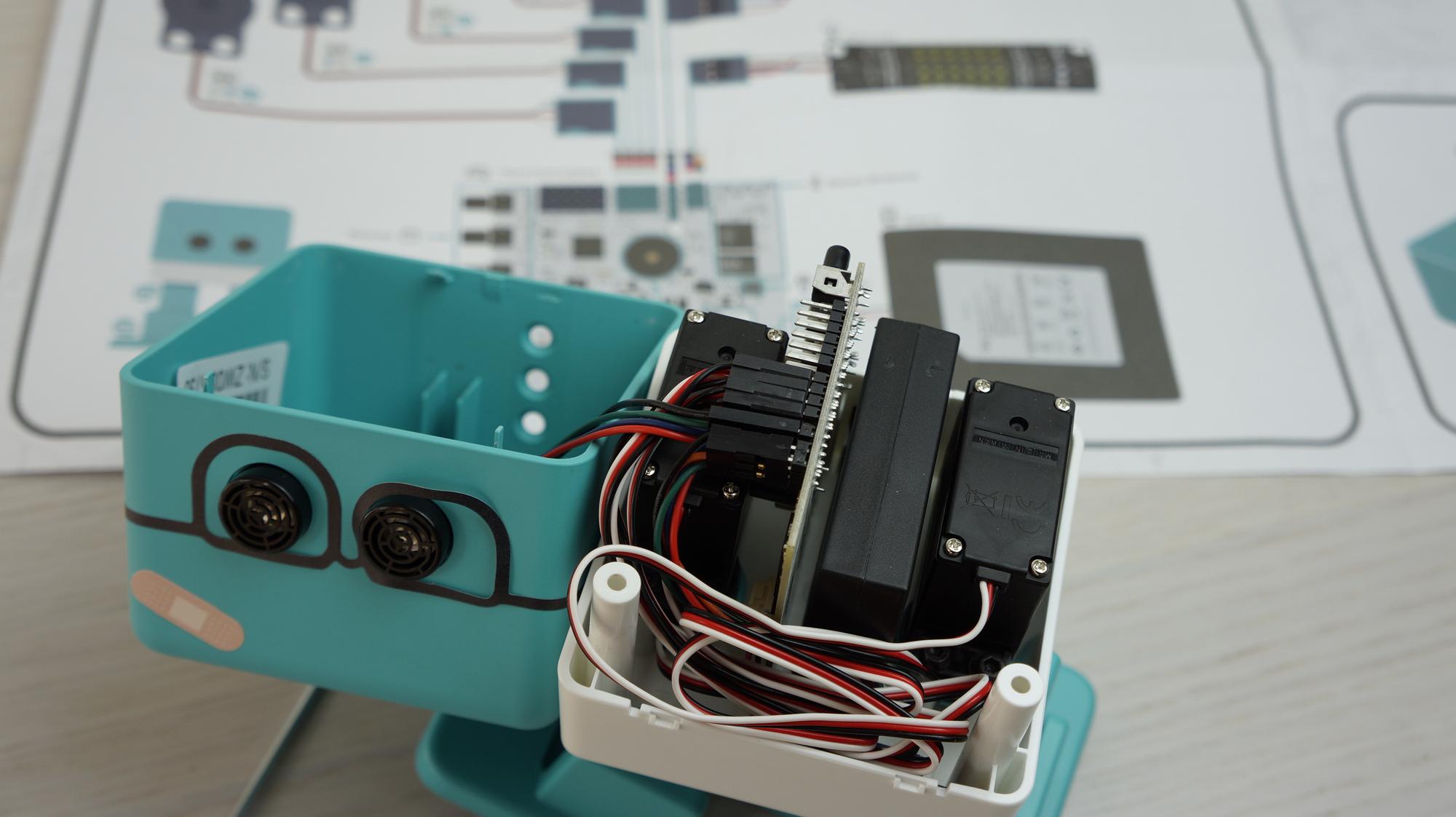 Probamos zowi un robot con cerebro arduino que puede dar