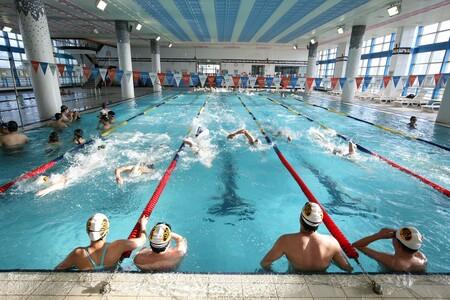 Aprovecha la piscina para ponerte en forma: siete ejercicios que puedes poner en práctica en el agua