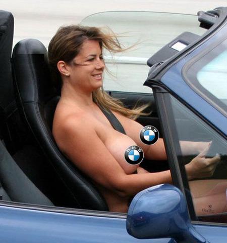 Mujer desnuda conduciendo