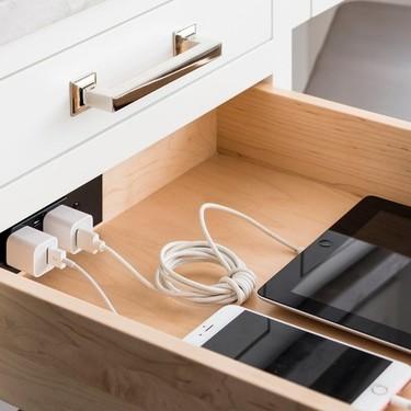 Hemos encontrado el sitio perfecto para guardar tus gadgets electrónicos; un cajón con uno o varios enchufes