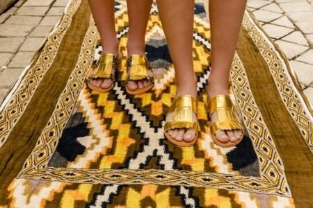 Este verano tus sandalias (planas) vienen acompañadas de flecos