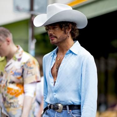 Este verano, llevarás la camisa abierta (y no hace falta mostrar pelo en el pecho para hacerlo)