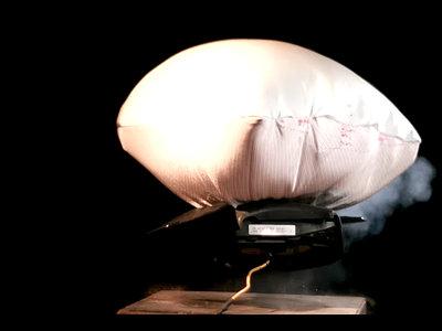 Video: El impresionante estallido de un 'airbag' en cámara lenta (y todo lo que sucede dentro)