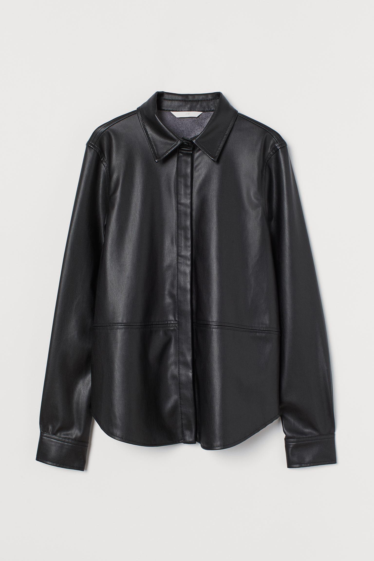 Camisa recta en piel sintética con cuello clásico, cierre de botones ocultos, costura en la cintura y mangas largas con botón revestido en los puños.