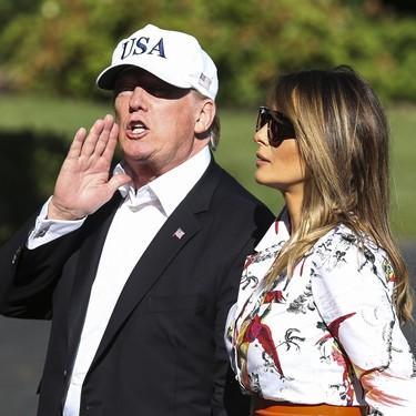 Melania Trump cae en la tentación del estampado tropical para un look veraniego y acierta