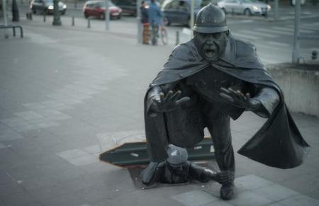 Cinco esculturas curiosas por el mundo: el grifo que levita, los viajeros, la niña meona y más