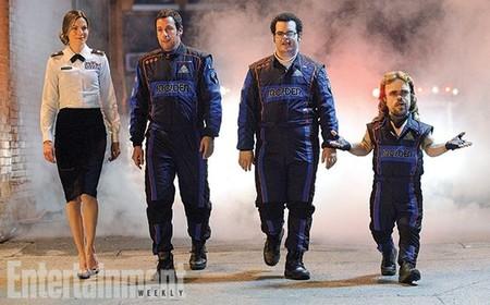 La primera imagen de la película Pixels muestra a Adam Sandler en buena compañía