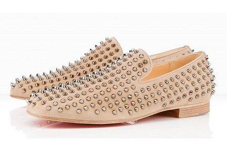 Las tachuelas en zapatos masculinos Christian Louboutin, mejor en color beig
