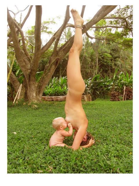 Instagram censura y cierra la cuenta de una madre que publicó una foto desnuda practicando Yoga y dando el pecho a su hijo