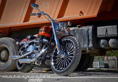 Motorpasión a dos ruedas: prueba Harley Davidson CVO Breakout, SBK Italia y la Yamaha MT 125