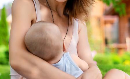 """Una madre que daba el pecho a su bebé en una piscina pública es """"invitada"""" a hacerlo en el vestuario"""
