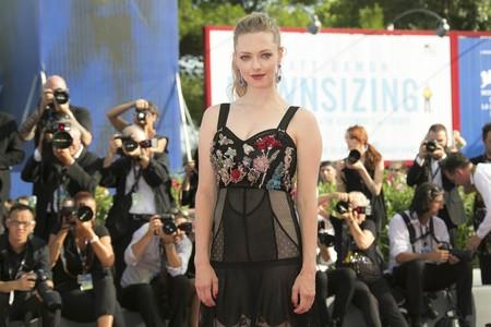 Amanda Seyfried lleva el estilo lencero a lo más alto con este vestido de Alexander McQueen