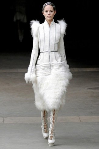 Alexander McQueen Otoño-Invierno 2011/2012 en la Semana de la Moda de París: Sarah Burton continúa el legado con nota