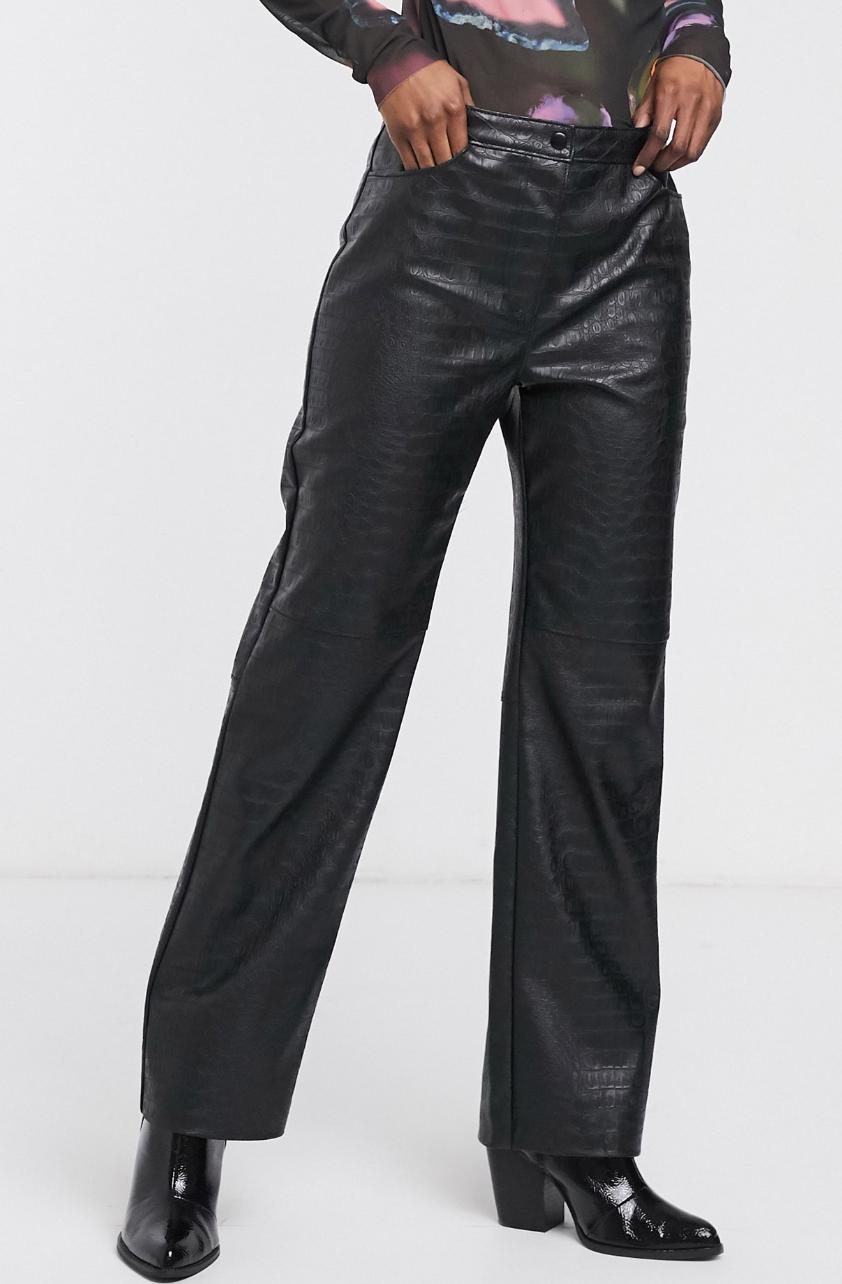 Pantalones de cuero sintético negro con efecto piel de cocodrilo de Weekday