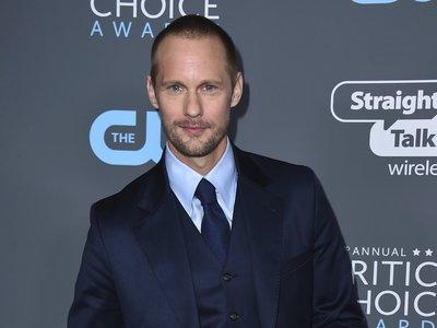 Alexander Skarsgard luce el perfecto traje azul en los Critics' Choice Awards